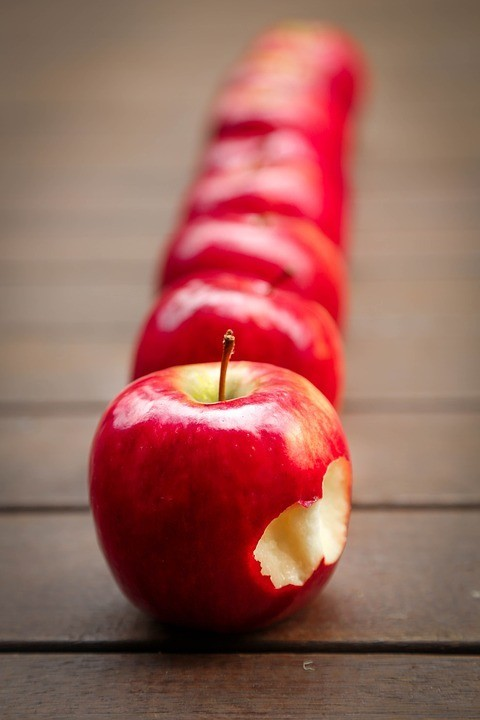 Одно среднее яблоко весит примерно 180 г. 100 г яблока содержат 52 ккал, 86% воды, 0,3 г белков, 13,8 г углеводов, 0,2 г жиров.  В состав углеводов входит 10,4 г сахара (из которых 5,9 г...