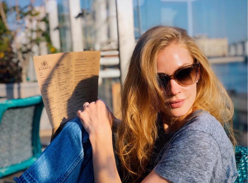 «Нельзя быть такой идеальной»: Светлана Ходченкова взорвала сеть фотографией в купальнике