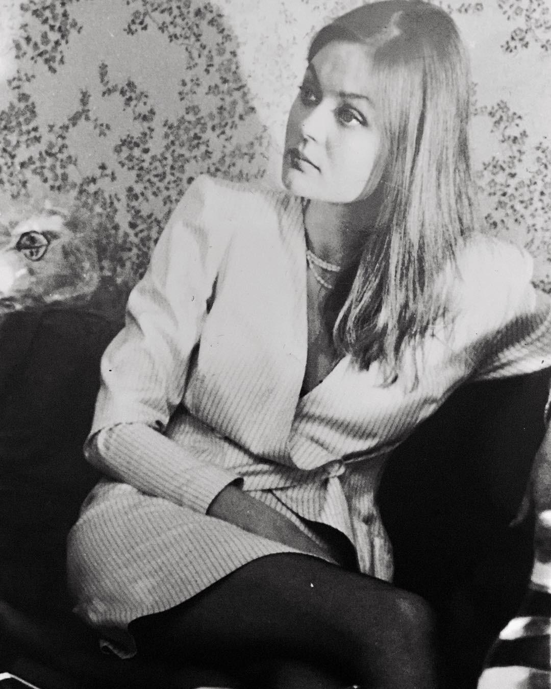 Телеведущая поделилась сфолловерами пленочными фотографиями - наних она запечатлена всамом начале своей карьеры. Поклонники оценили архивные кадры ибуквально засыпали артистку комплим...