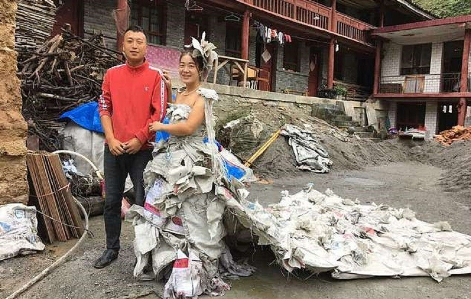 «А что, так можно было?»: китаянка сшила свадебное платье из мешков для цемента и прославилась