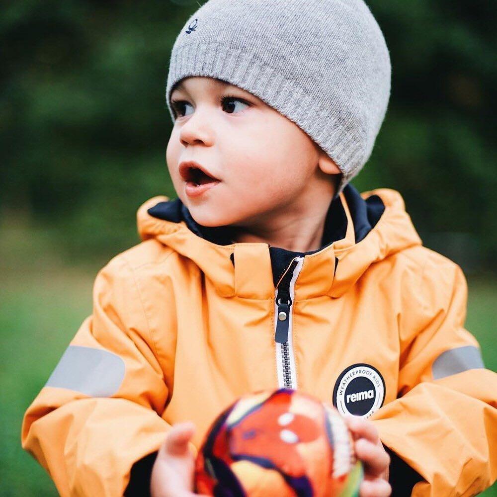 При этой температуре впервом слое наспокойного ребенка стоит надеть хлопковое нательное белье, а наактивного — синтетическое (которое будет отводить влагу). Второй слой также следует п...