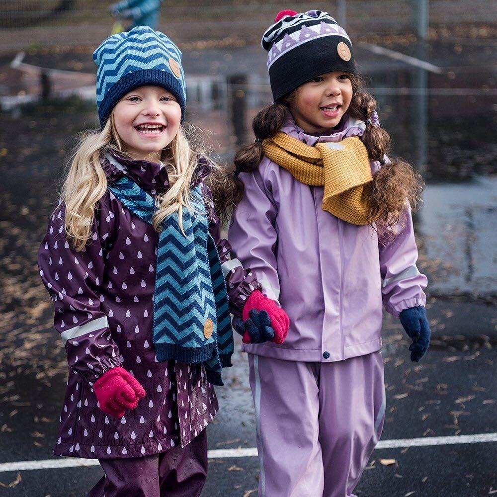 Первый слой такой же, как ипри температуре +5...0. Если ребенок спокойный, рекомендуется навторой слой надеть шерстяную поддеву. Третий слой будет состоять измембранной одежды. Изаксе...