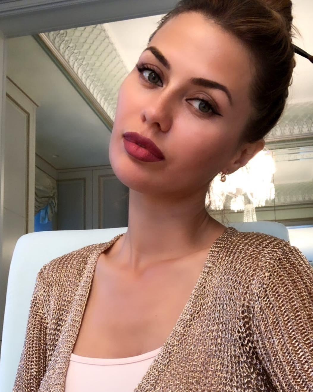 Телеведущая Виктория Боня настолько любит краситься, что недавно даже завела собственные Instagram и YouTube аккаунты, в которых делится секретами своей красоты. Любимой палетки или оттен...