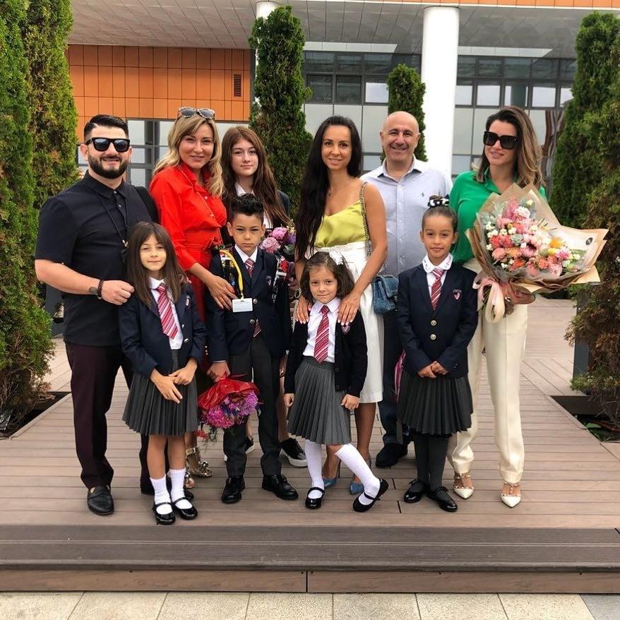 Ксения Бородина с семьей и друзьями провожает дочь в школу
