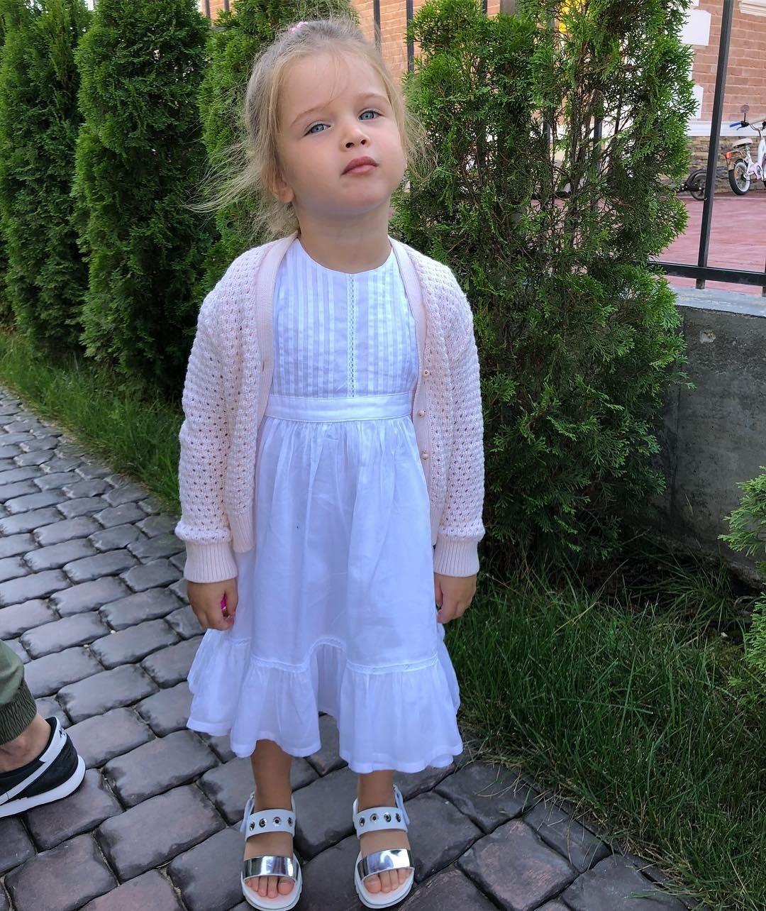 Пусть маленькая принцесса сдетства знает, что красота - вдеталях. Кнежным воздушным платьям прекрасно подойдет кардиган впудровых тонах - они втренде вэтом сезоне. Нетак важно, свя...