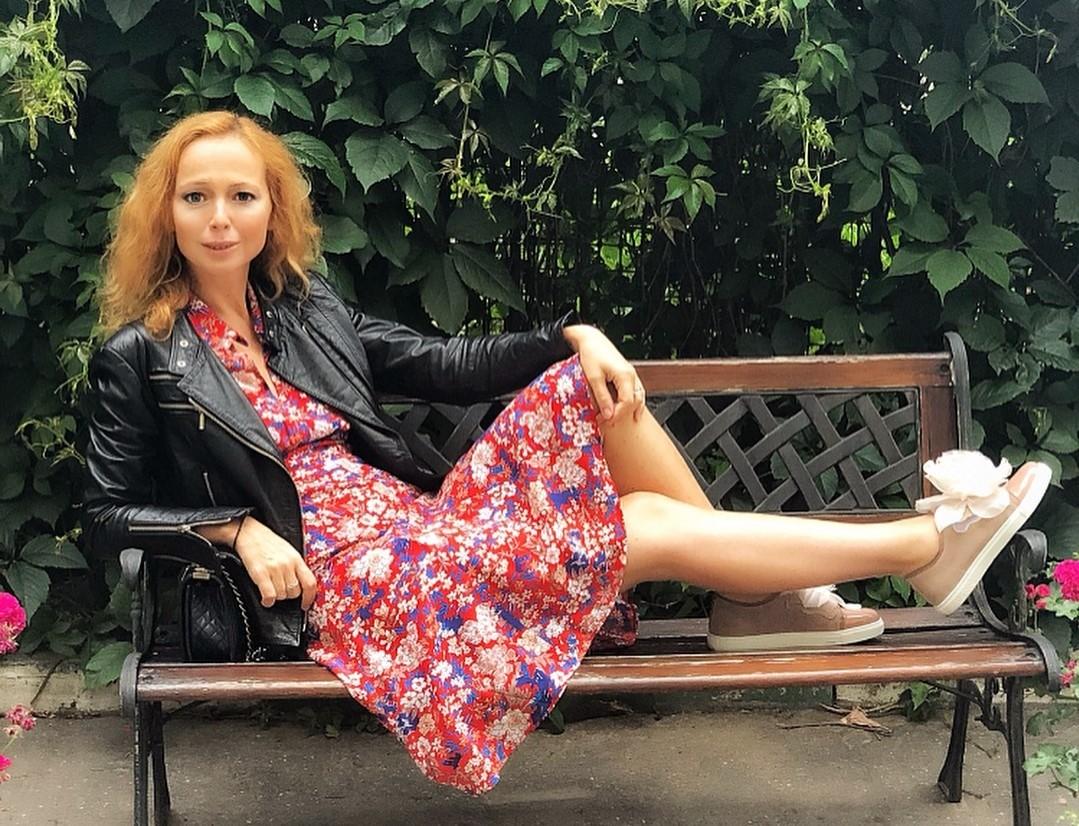 Ничего себе пресс: Елена Захарова показала безупречную талию после родов