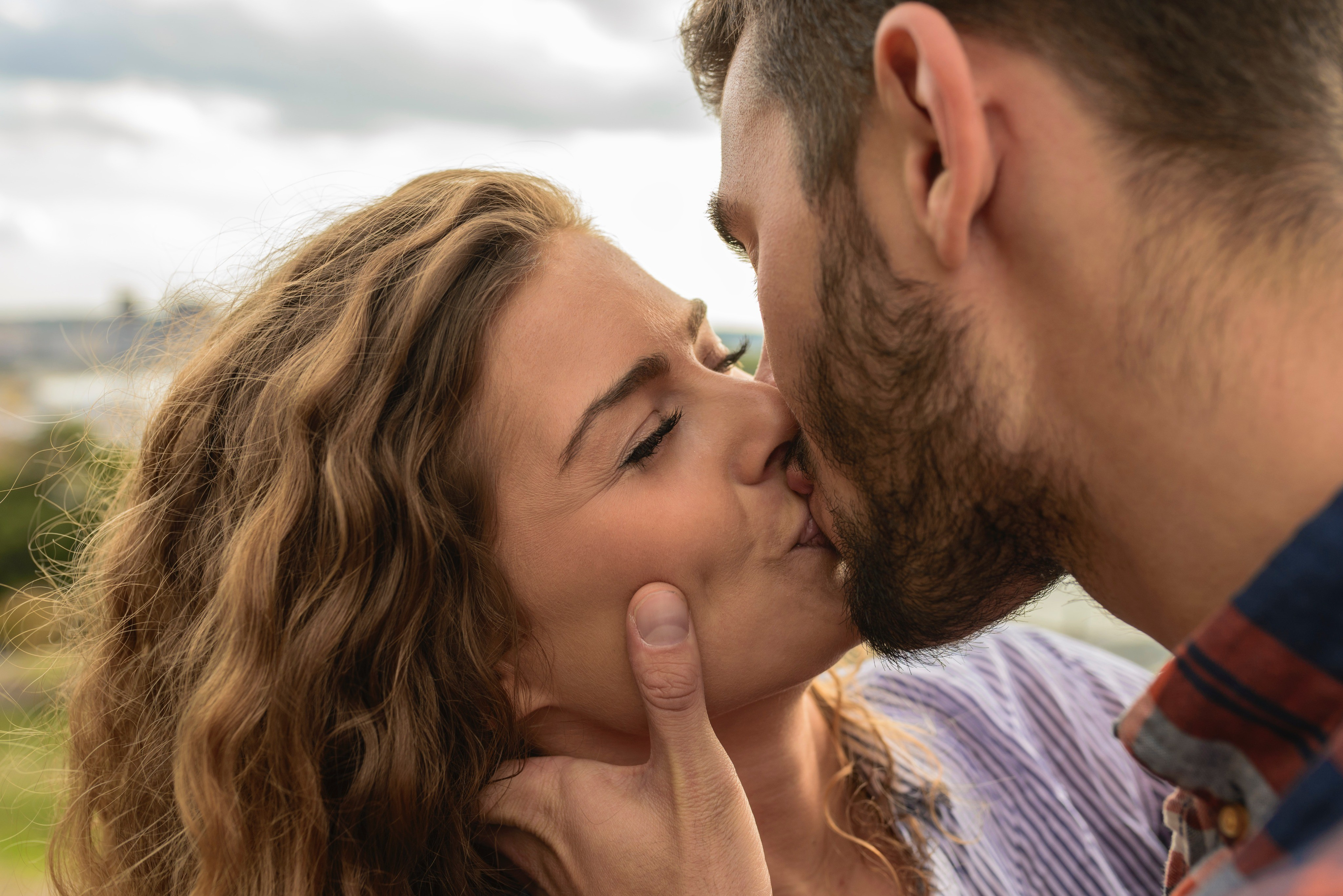 Поцелуй в зоне бикини смотреть онлайн