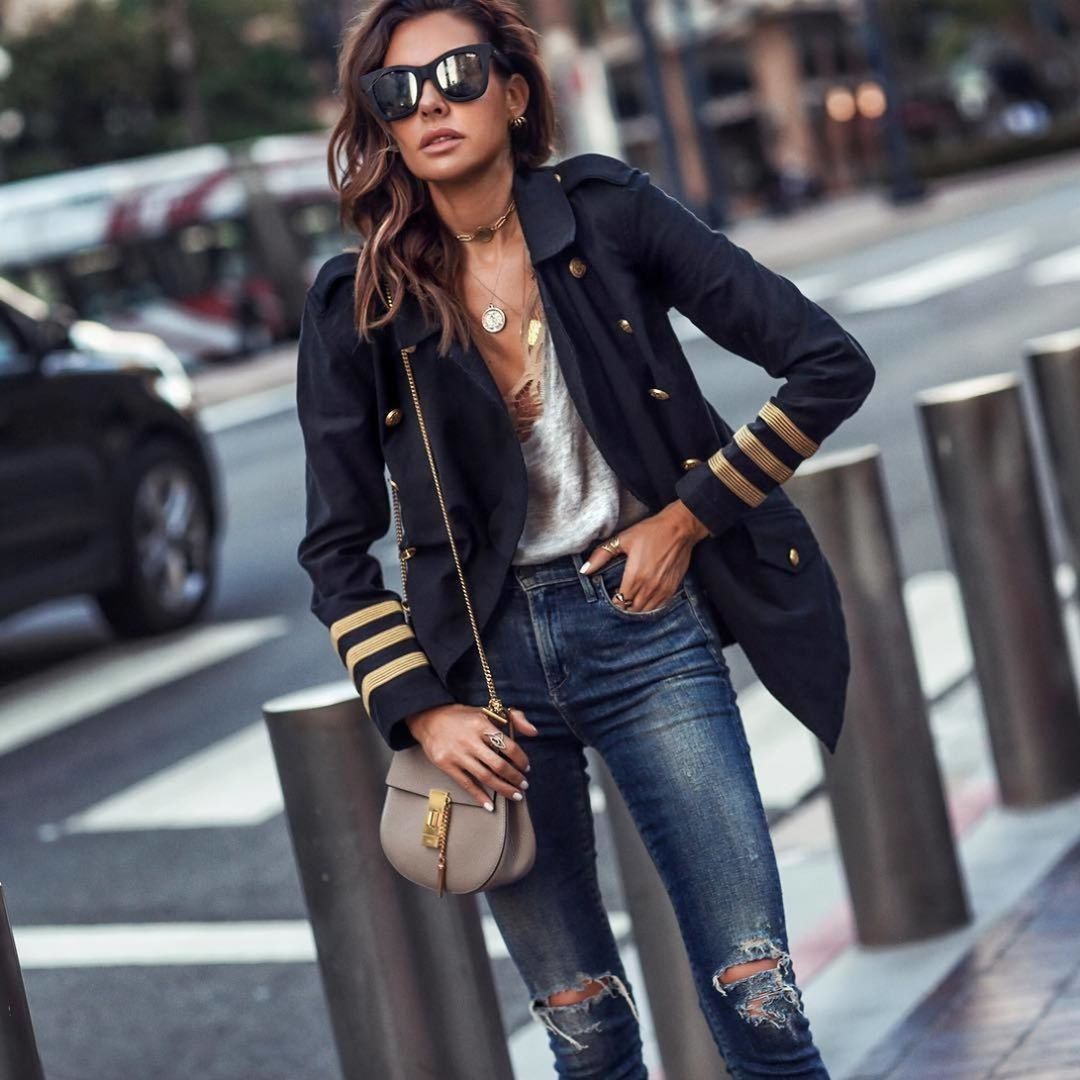 Лучше, если джинсы-скинни будут на размер больше, чтобы тебе было в них комфортно.