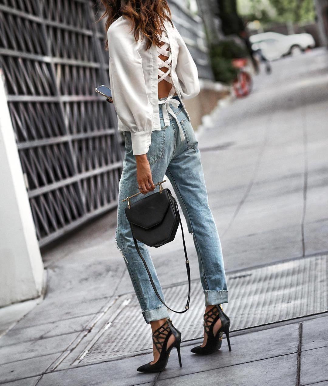 Для создания элегантного образа сочетай джинсы-бойфренды с легкой блузкой и обувью на шпильке.