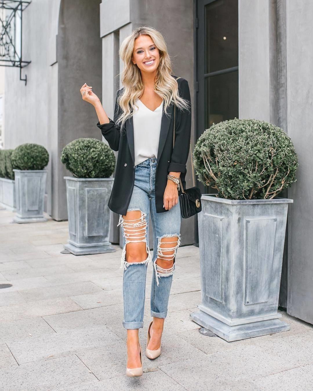 Попробуй примерить сочетание рваных джинсов с вещами в деловом стиле.