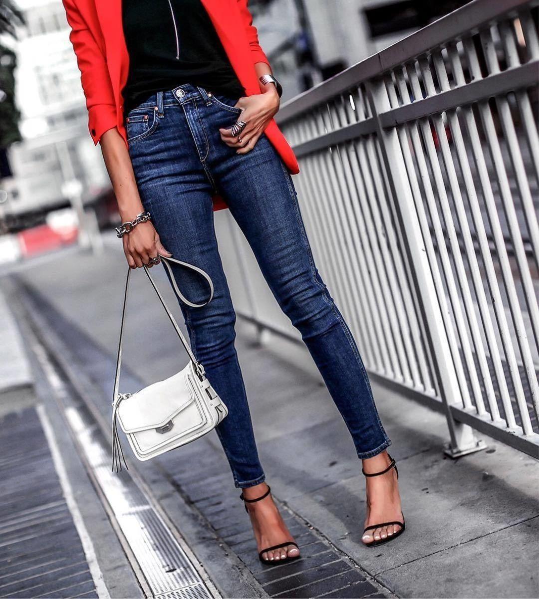Прямые джинсы помогут разбавить классический стиль, сделав его более повседневным.