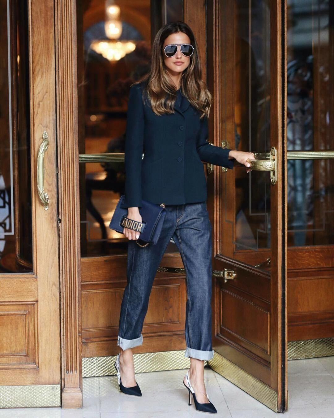 Широкие джинсы идеально подойдут для создания образов в стиле городской шик.
