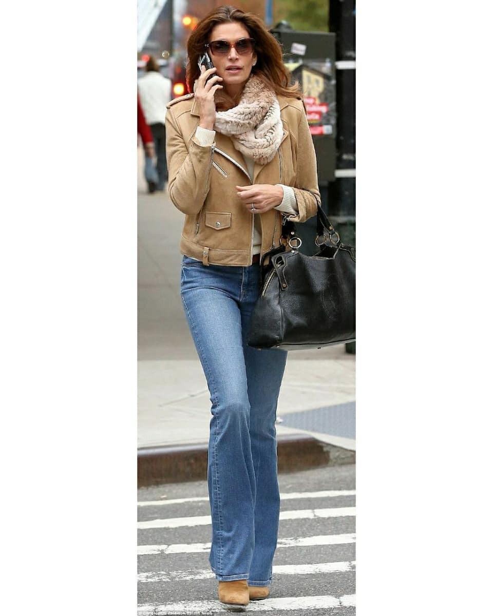 Джинсы-клеш - идеальная основа для повседневного гардероба.