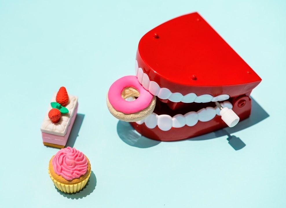 Отбеливание зубов: стоит ли делать, какое выбрать и как продлить эффект?
