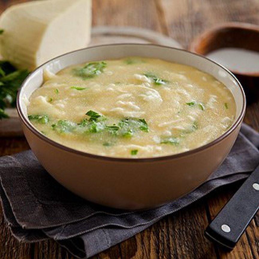 В кастрюлю с толстым дном налей оливковое или любое другое растительное масло. Нагрей его и добавь очищенный и натертый на мелкой терке либо мелко нарезанный чеснок.