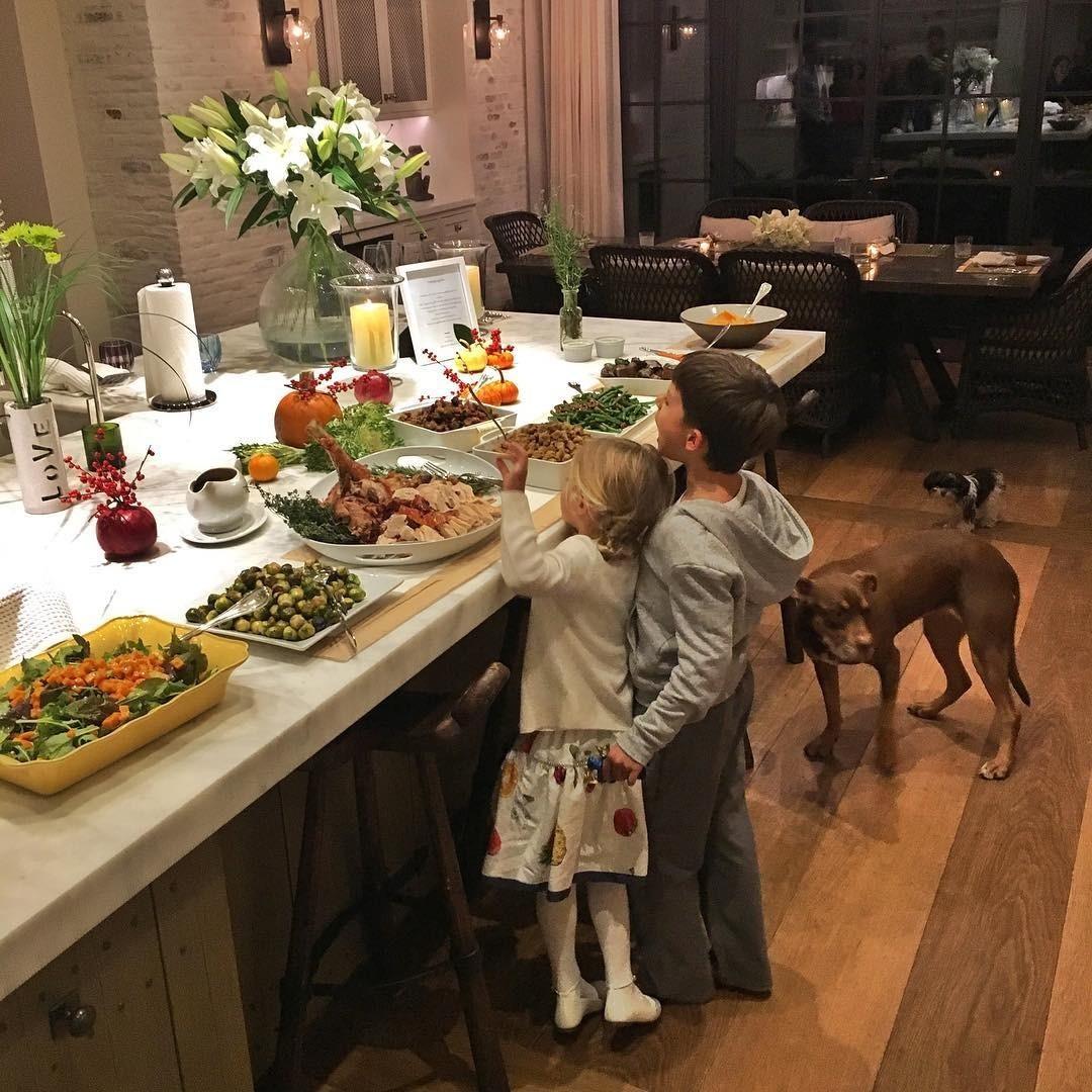 Как рассказал личный повар звезд, их наследники восновном едят то же самое, что иродители (если несчитать фруктов, которые Том Брэди неочень жалует). «Вчера я сделал детям вегетарианс...