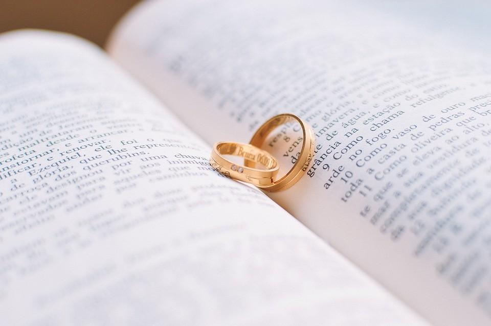 Лук, полено и башмак: какие святочные гадания расскажут о будущем муже?
