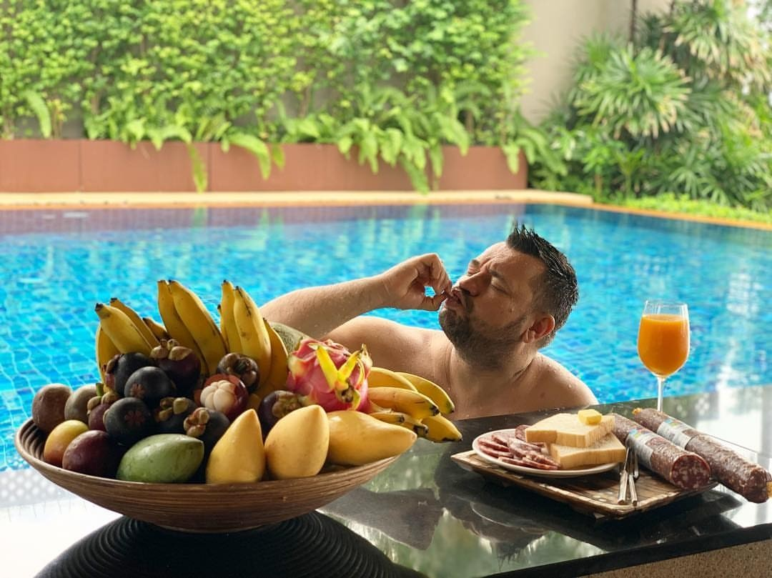 Сергей Жуков отвез с собой в Таиланд колбасу и хлеб