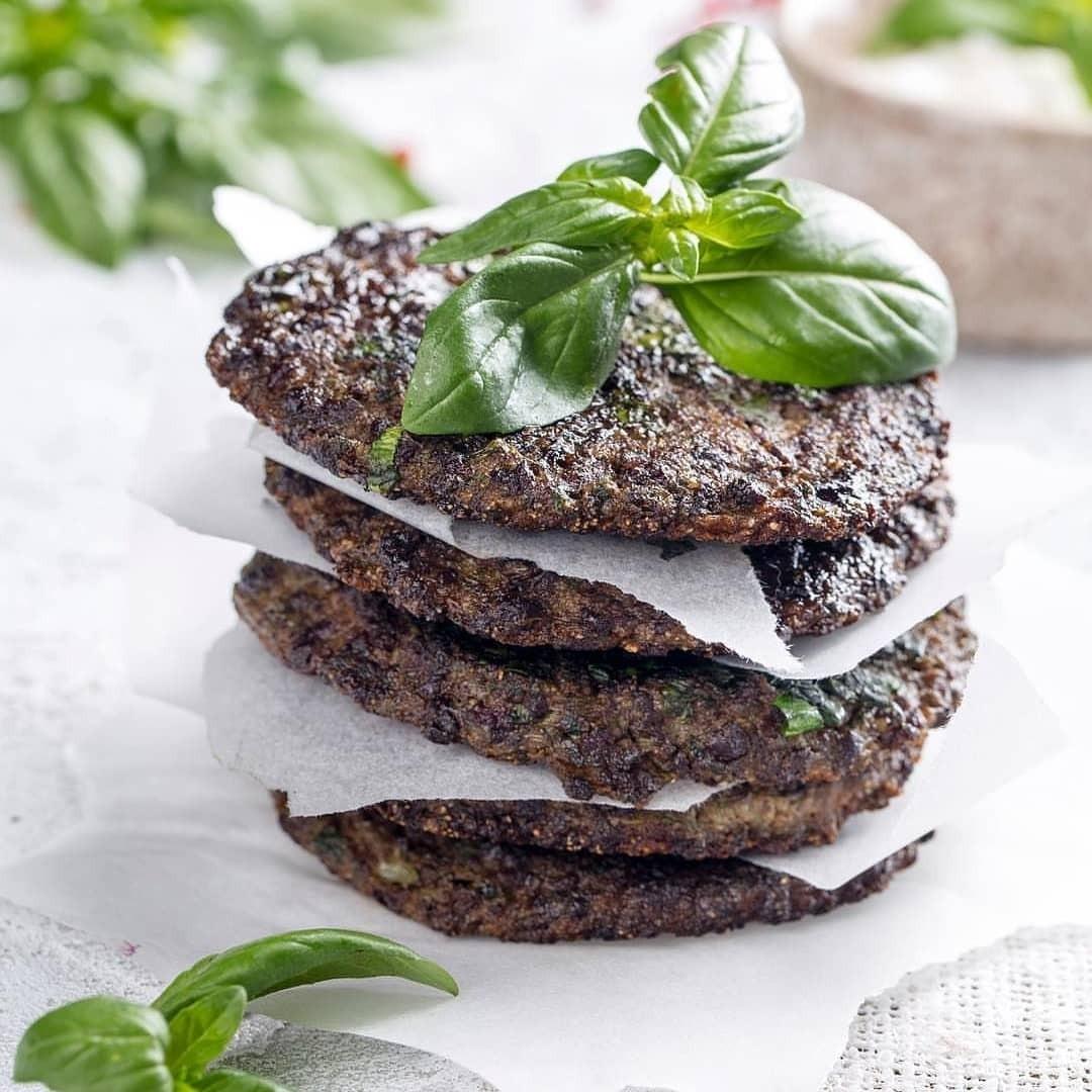 Говяжья печень имеет в своем составе множество полезных витаминов и микроэлементов, главный из которых – железо – способен нормализовать уровень гемоглобина в крови человека, а также изба...