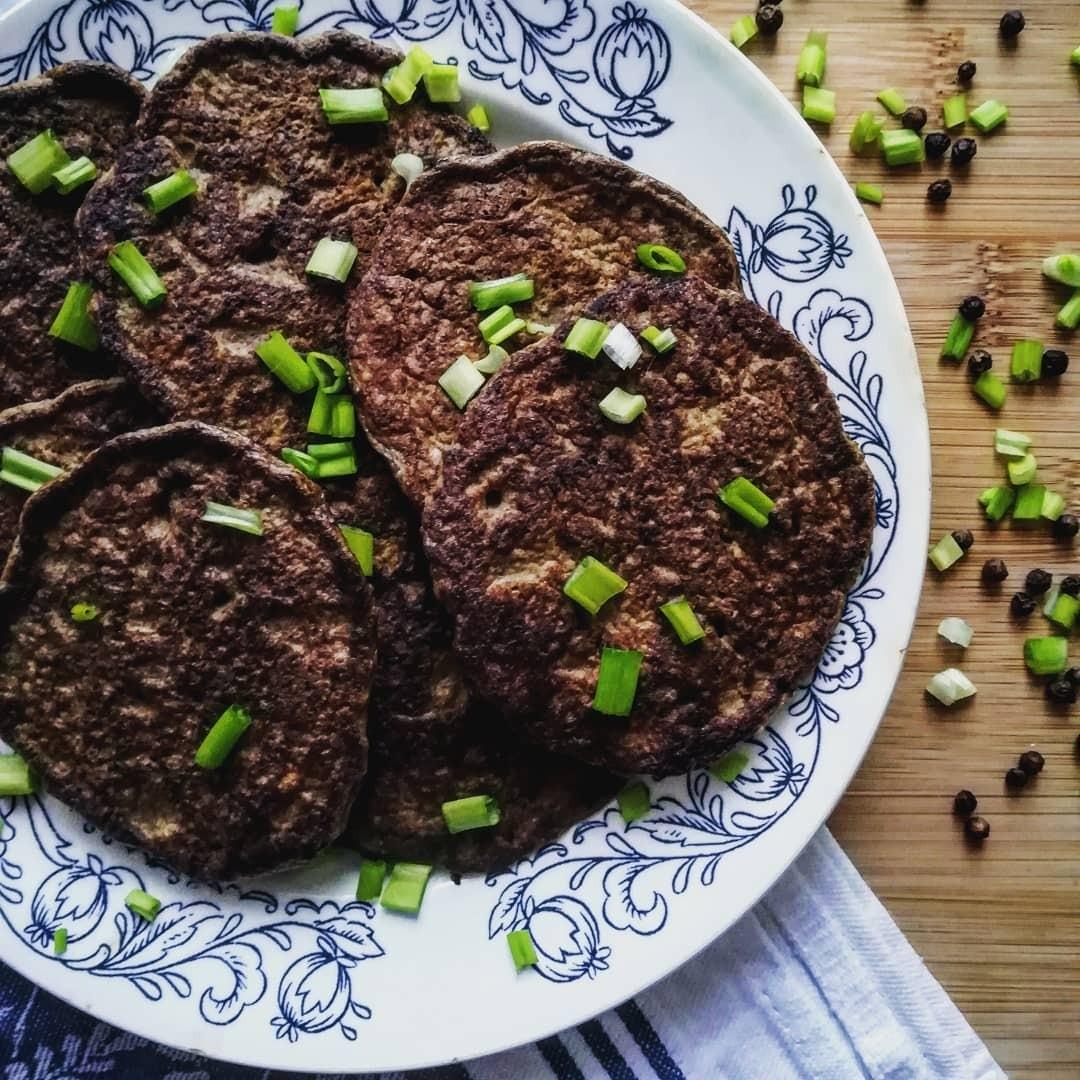 Первым делом подготовь основной мясной ингредиент: промой мясо под струей воды, удали пленку и сосуды. Затем измельчи мясо с помощью мясорубки или блендера, а если ни того, ни другого у т...