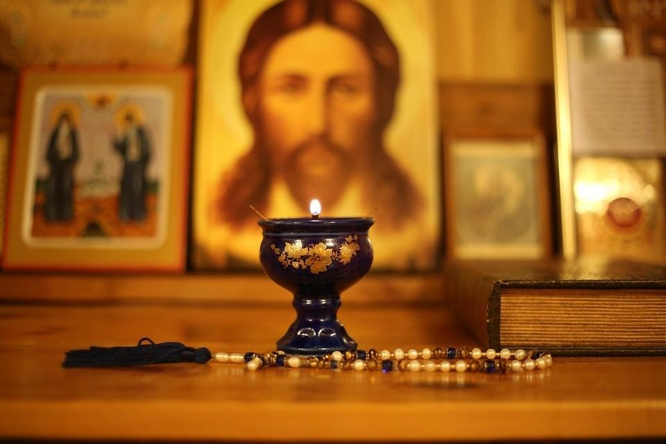 Почему православным нужно креститься справа налево?