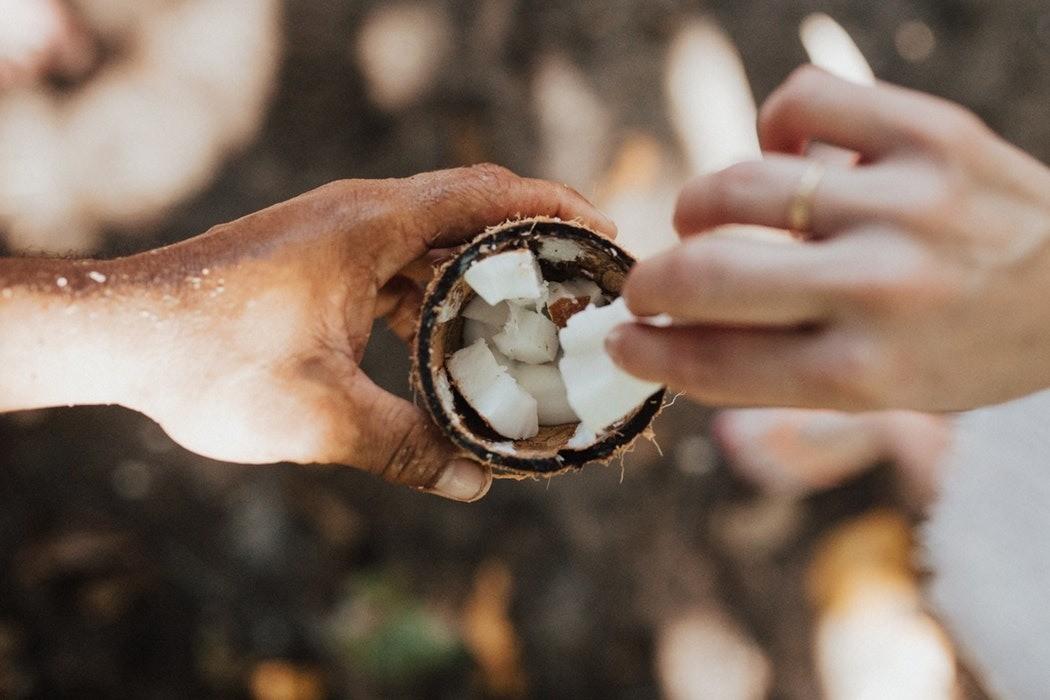 Кокосовое масло для волос: применение и полезные свойства