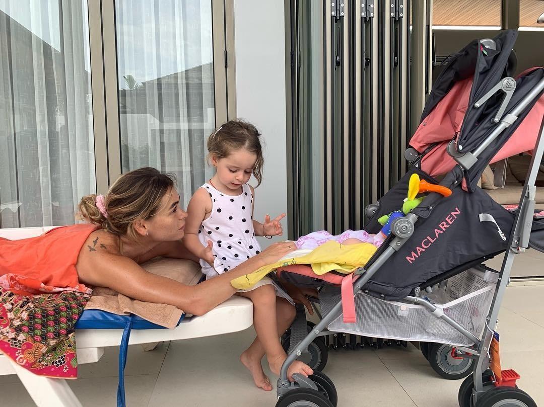 Анна Хилькевич с дочками.