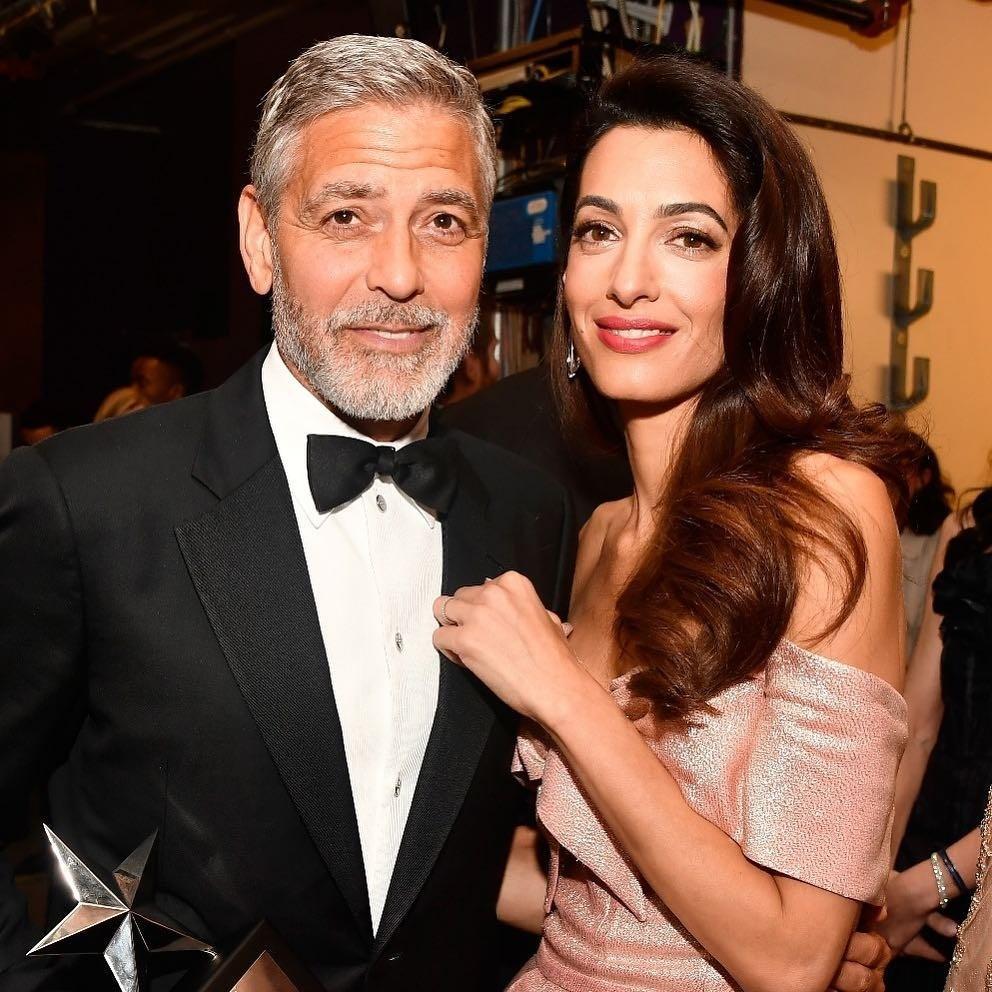 Они очень старались сделать свои свидания незаметными, но вГолливуде всё как наладони, поэтому очень скоро освязи жены сдругим мужчиной узнал иДжордж Клуни. Произошёл скандал, но ви...