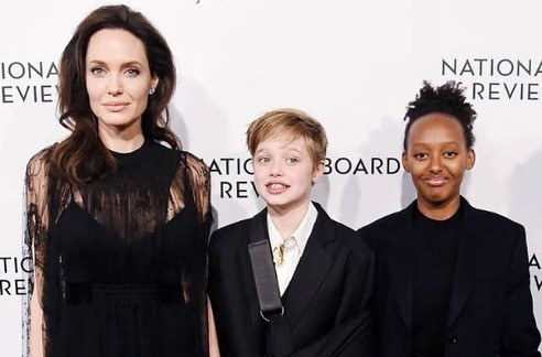Анджелина Джоли сдочерьми Шайло (в центре) иЗахарой.