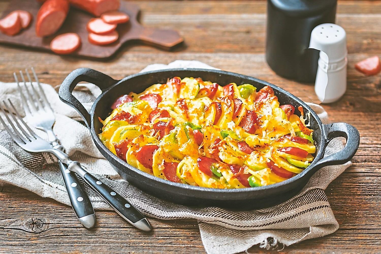 Вкуснее омлета и бутербродов: рецепт запеканки с колбасой