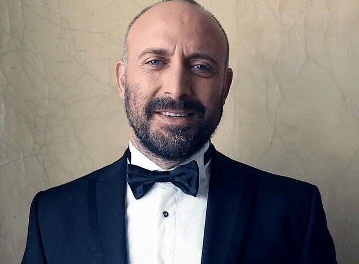 Этого привлекательного господина спосеребренной щетиной иголубыми глазами ты видела абсолютно точно, даже если несмотрела ни одного турецкого сериала. Халит Эргенч известен широко зап...