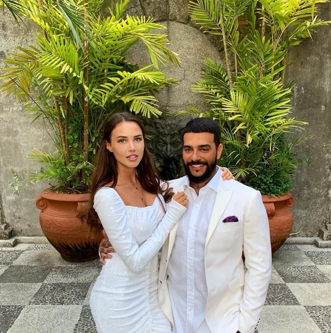 Анастасия Решетова выложила фотографии в белом платье