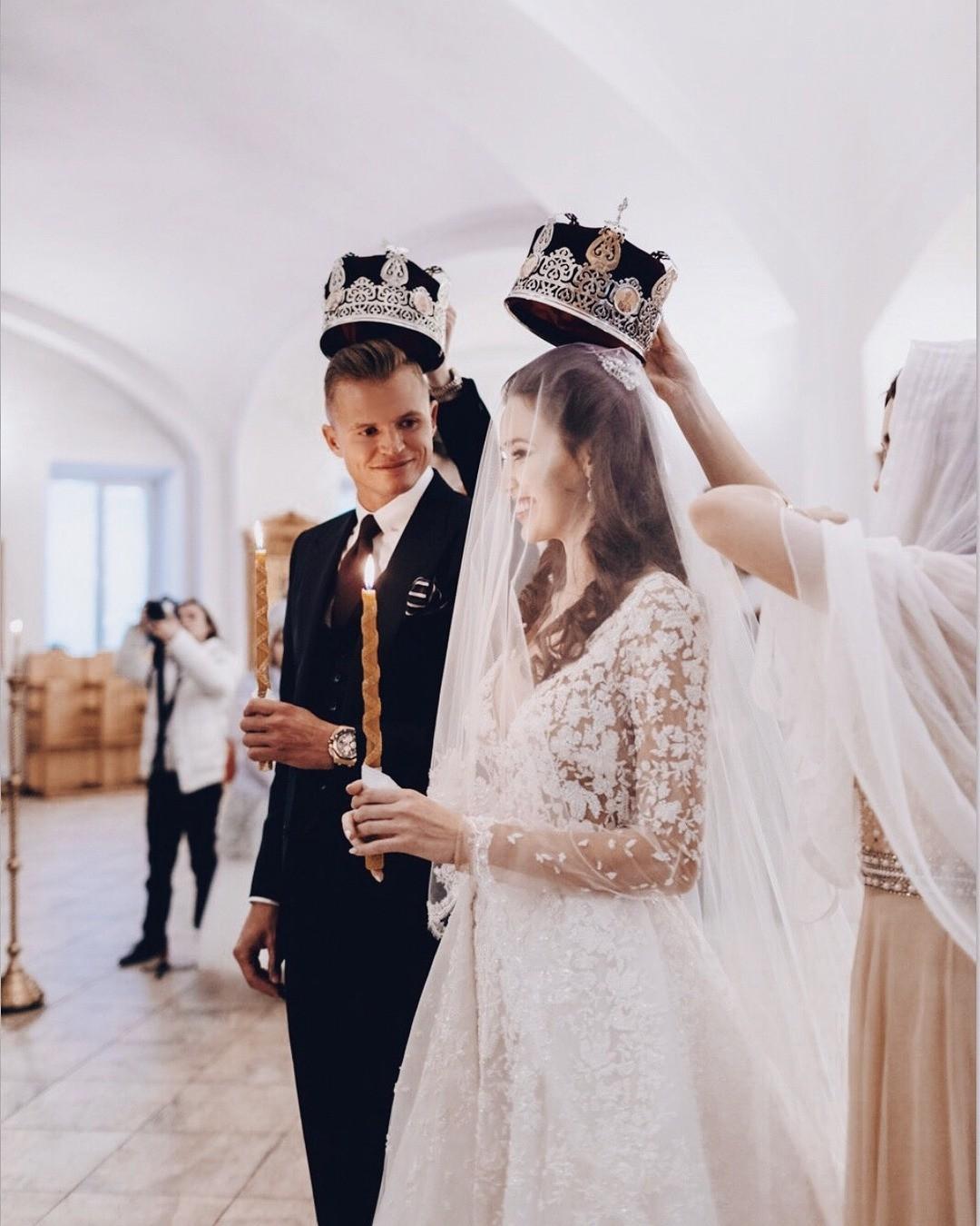 В своем Instagram-аккаунте Дмитрий Тарасов опубликовал фото, накотором они ссупругой запечатлены во время венчания. Футболист написал трогательное послание супруге: внем он поздравил А...