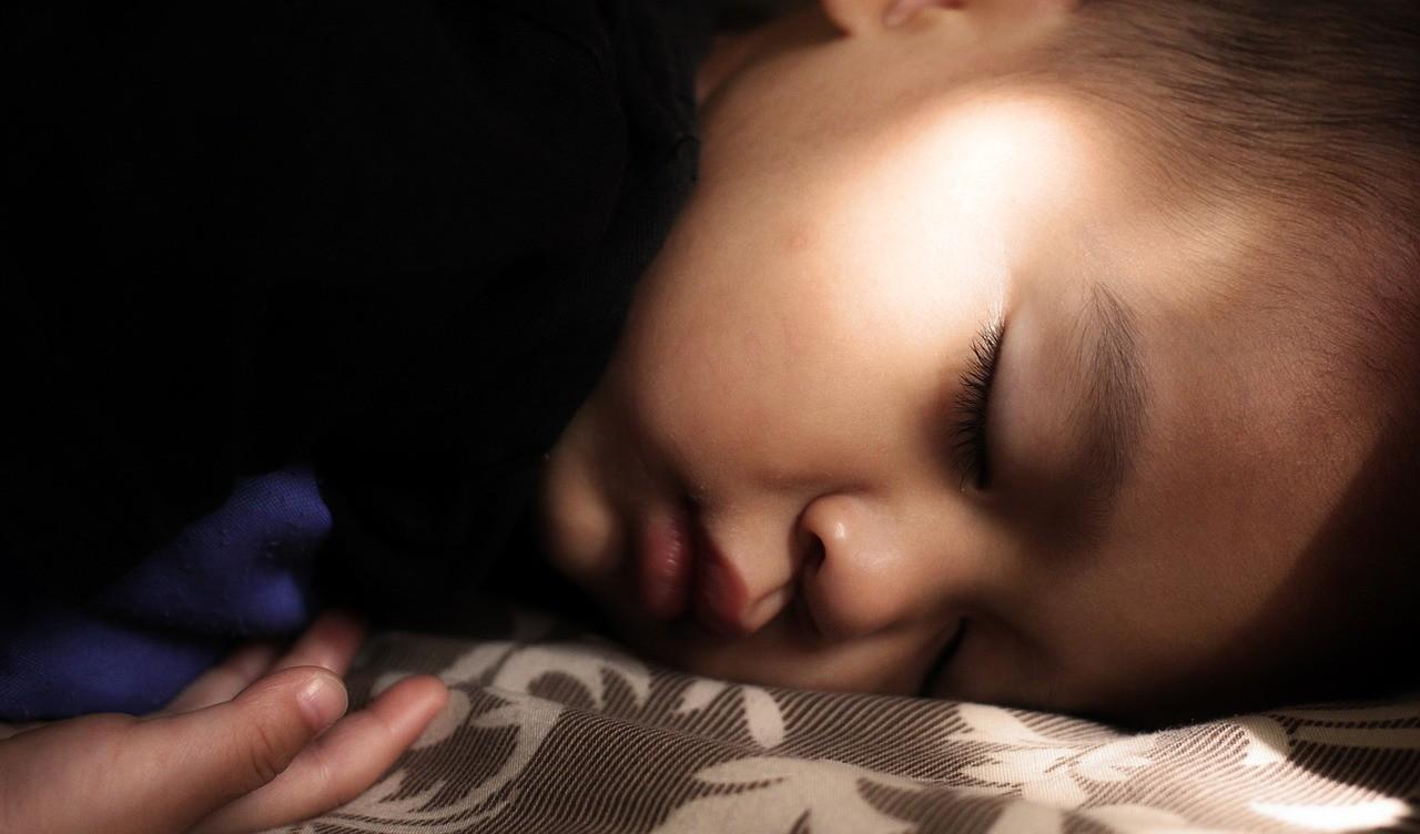 7 основных причин, почему ребенок скрипит зубами во сне