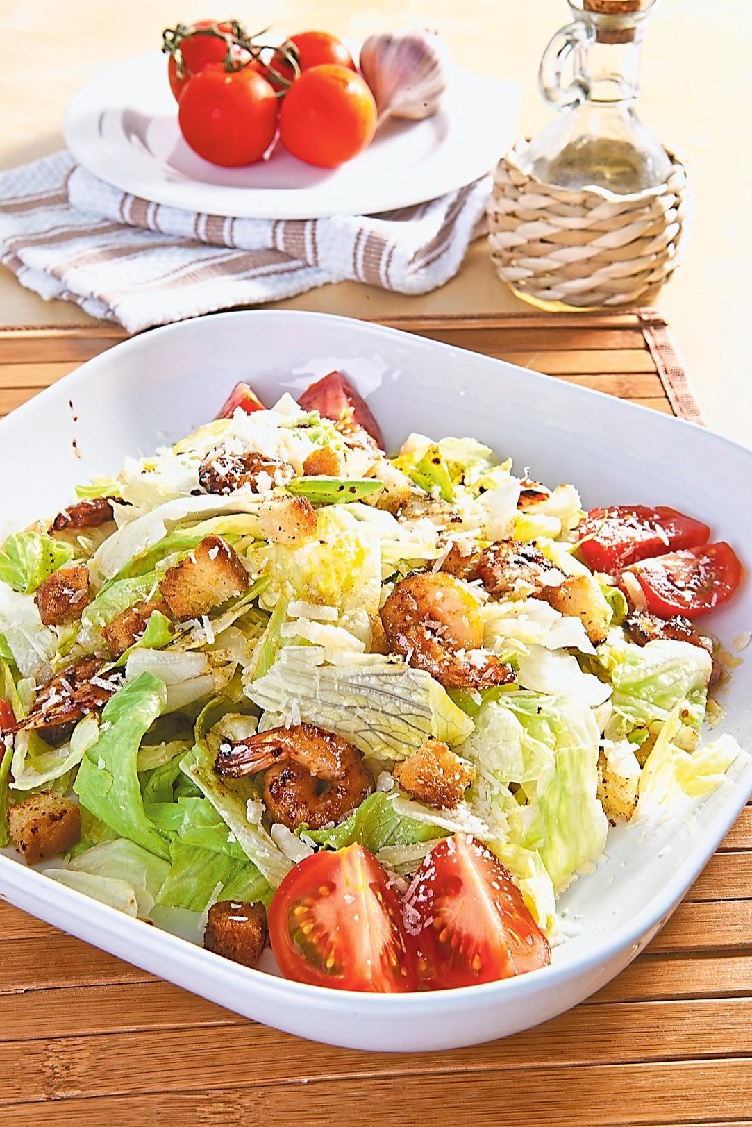 Необычный ужин: рецепт салата с креветками и сухариками