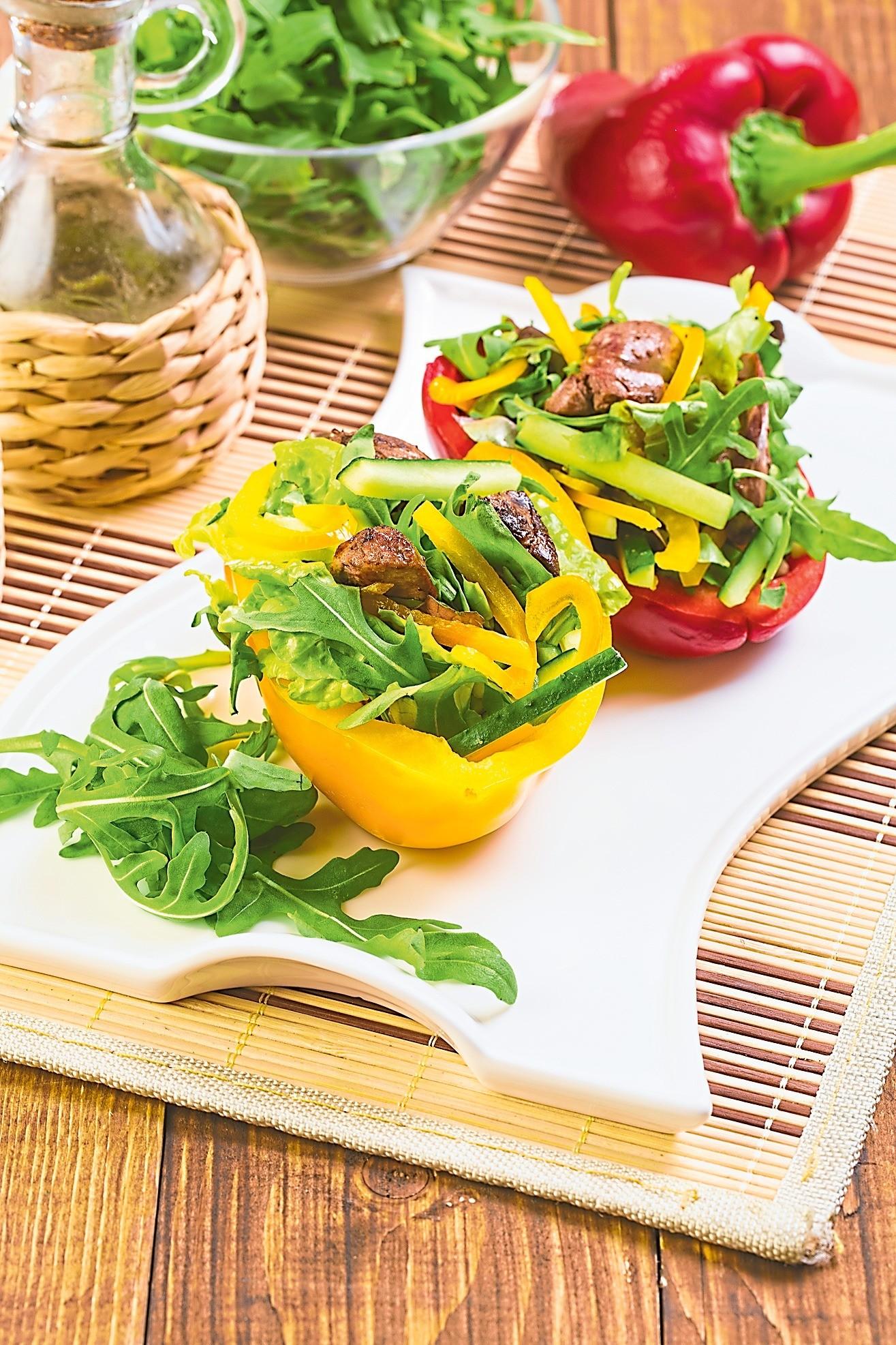 Для праздничного застолья: рецепт салата с печенкой в сладком перце