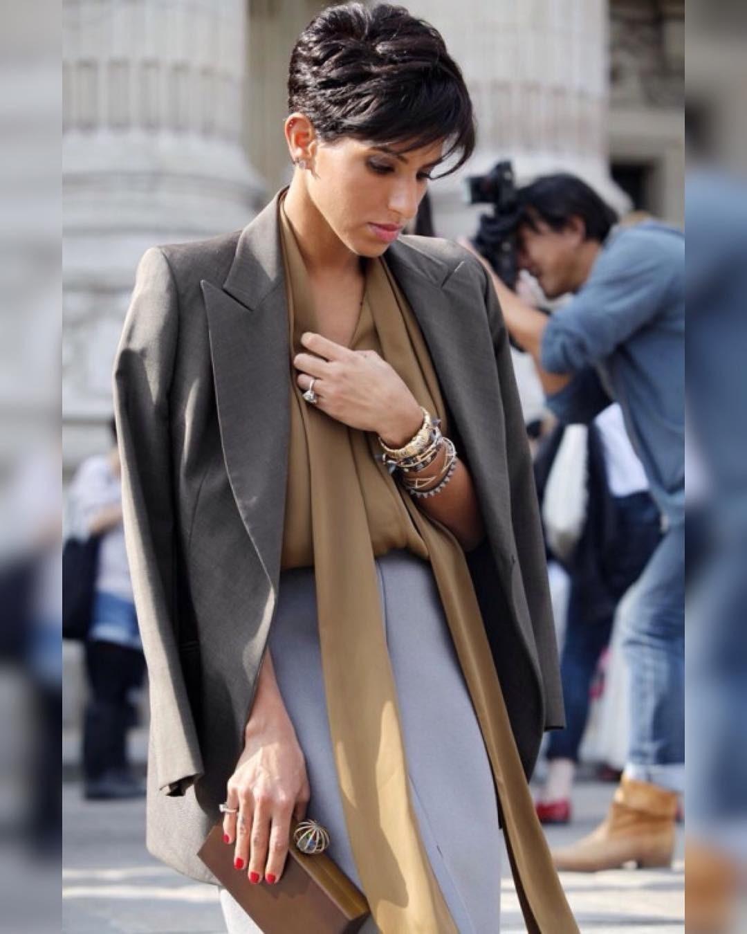 Принцесса виртуозно сочетает модные традиции Востока иЗапада. Предпочитает среднюю длину имодели оверсайз, играет спричудливыми силуэтами, миксует казалось бы несочетаемые цвета, ткани...