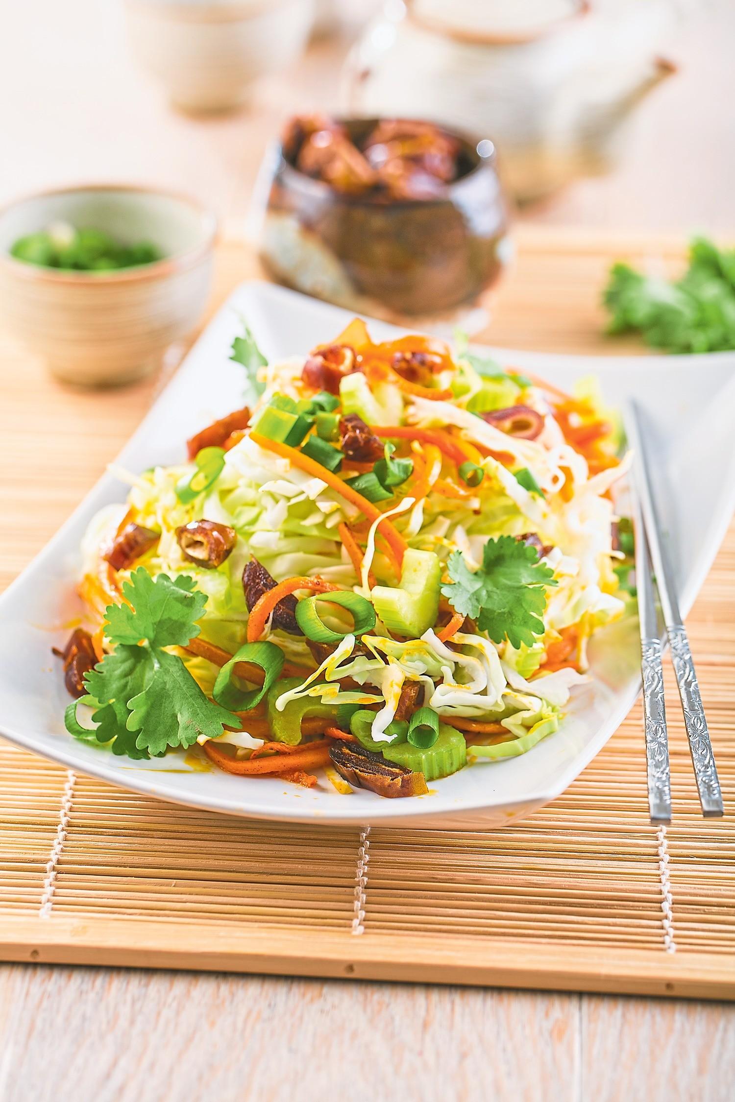 Салат с капустой, сельдереем и финиками
