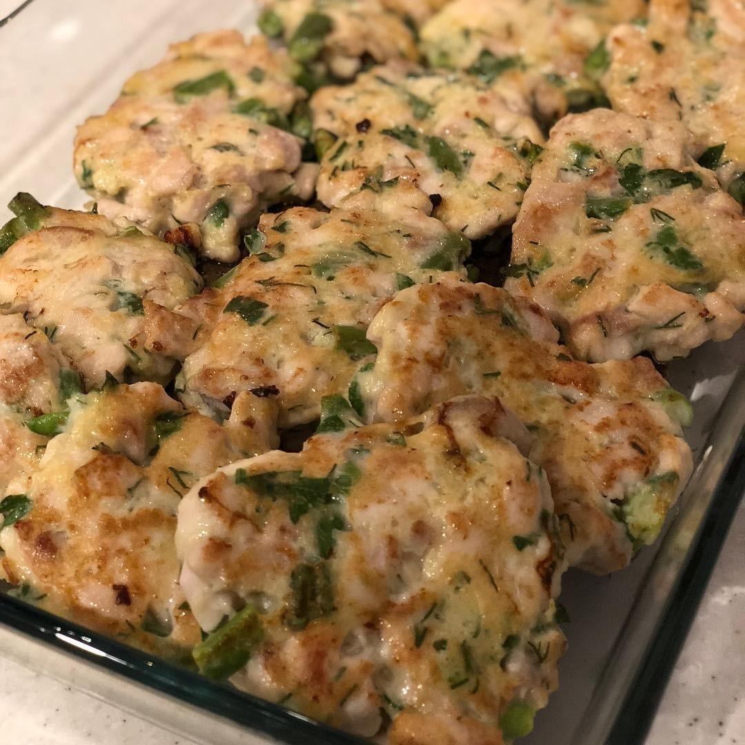 Смешай сначала мясо с яйцами, порубленным луком, зеленью и специями. Затем постепенно добавляй муку и аккуратно перемешивай. Как только консистенция станет хорошо лепиться, начинай формир...
