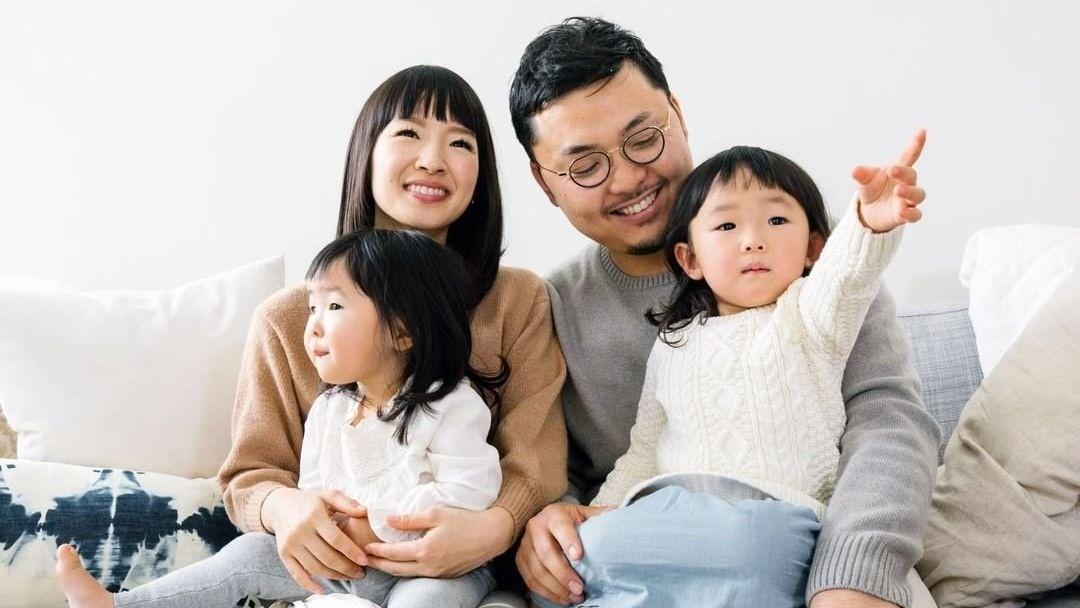 Мари Кондо с мужем и детьми