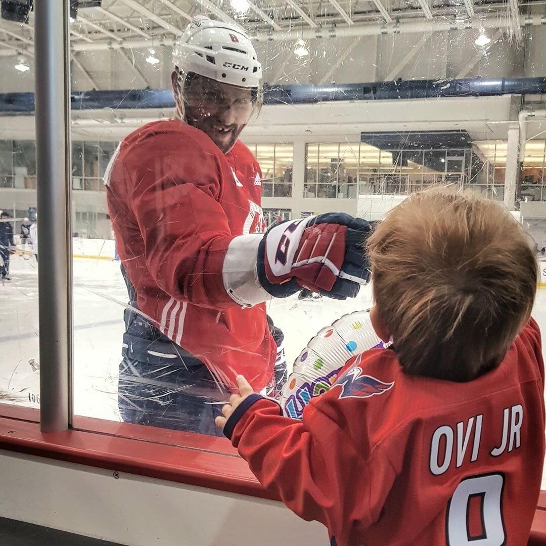 Анастасия Шубская впервые привела годовалого сына на хоккей