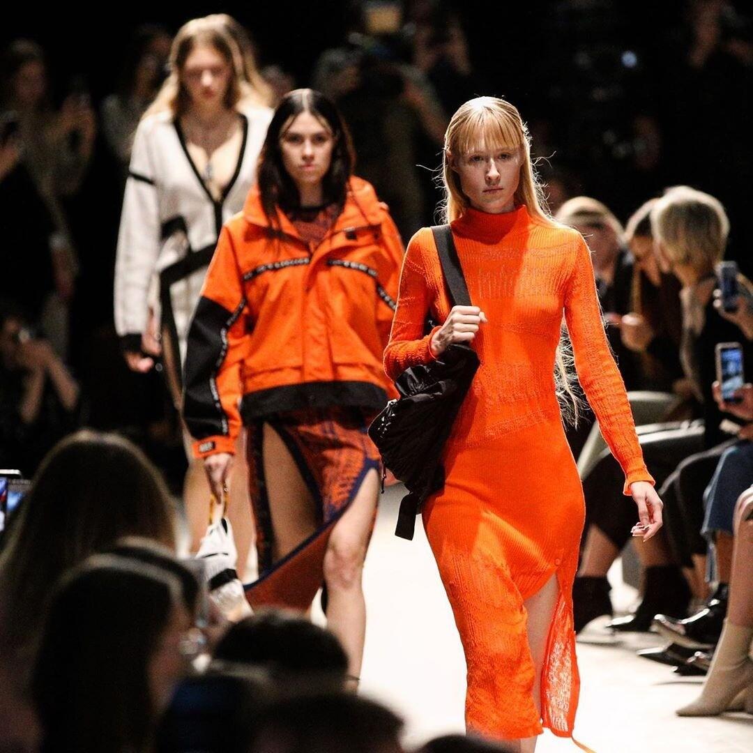 Специальный показ Славы Зайцева, платья принцесс и босые модели: как прошел первый день недели моды в «Манеже»