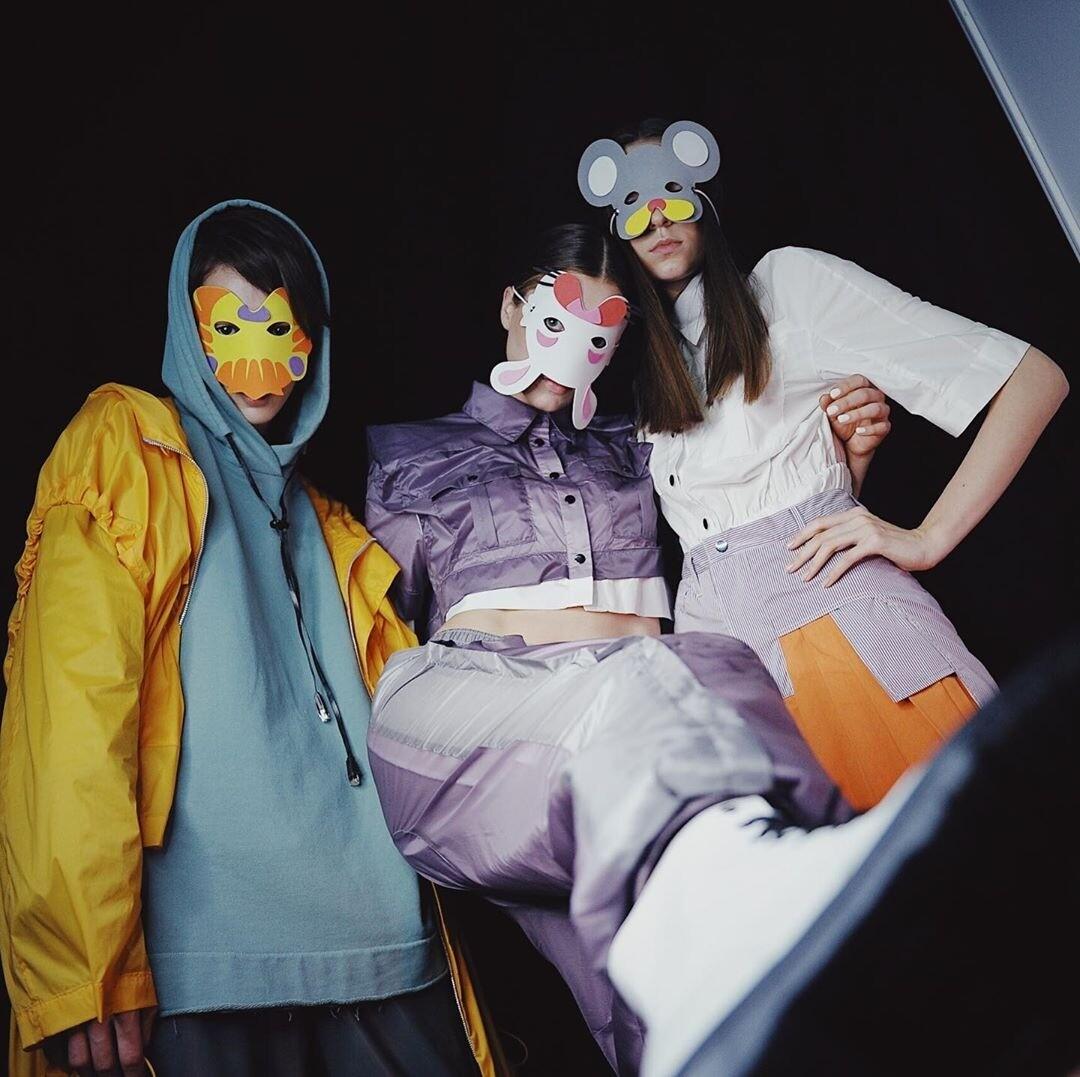 Металлические перья, маски и уличный стиль: как прошел четвертый день недели моды в «Манеже»