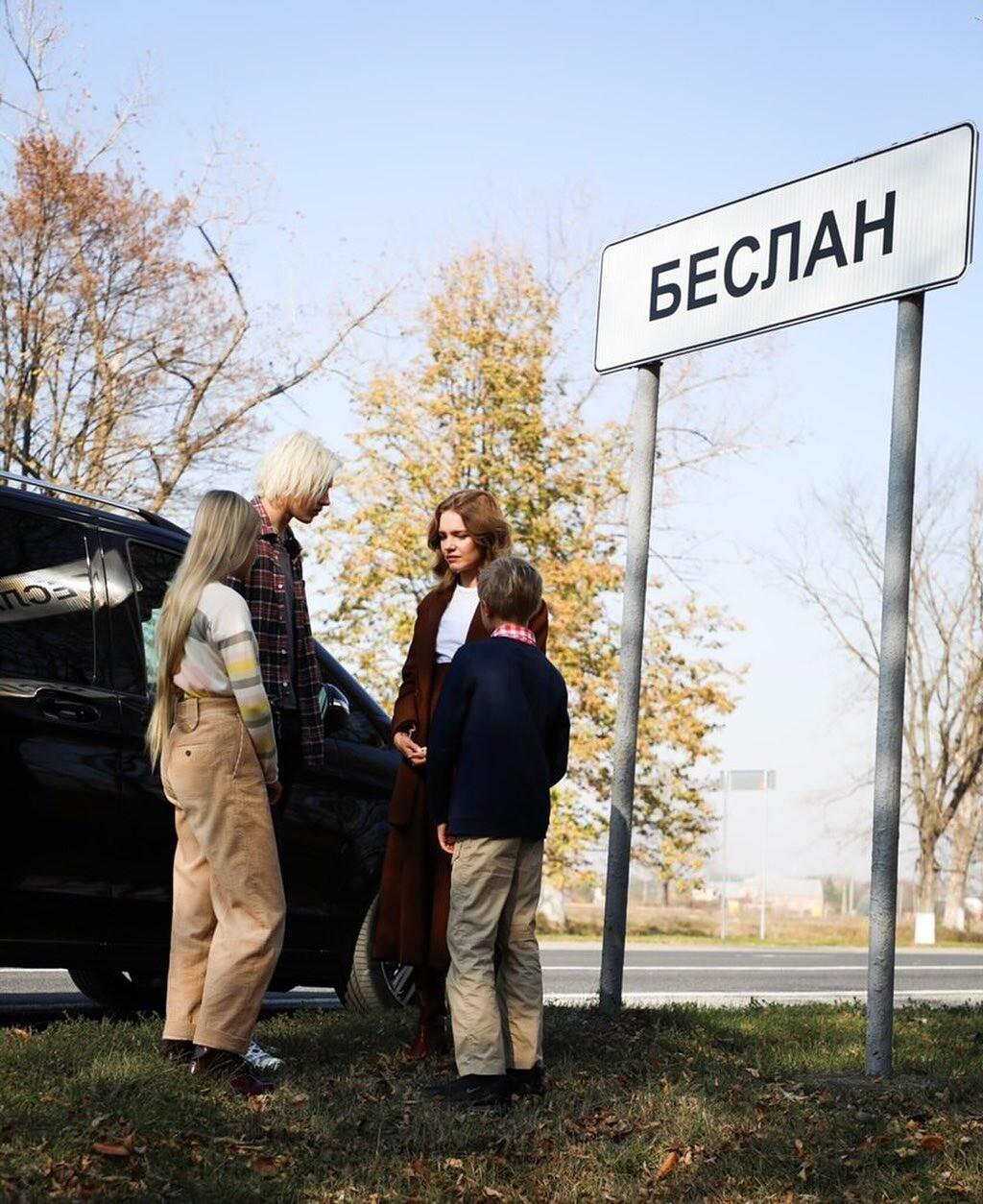 «Последняя остановка»: Наталья Водянова привезла своих детей вБеслан (видео)