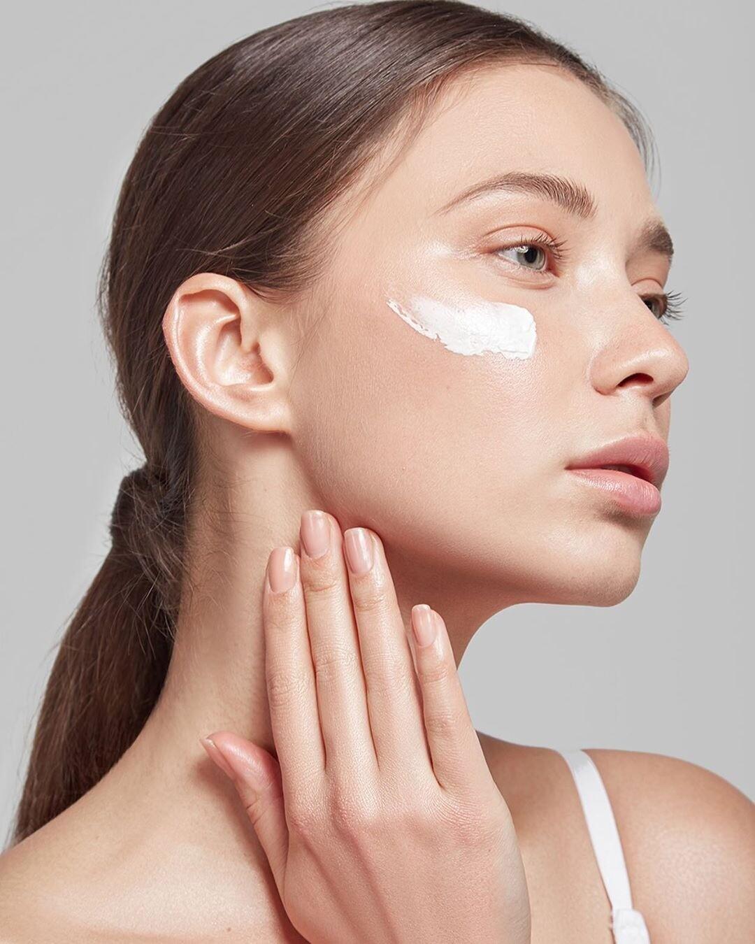 Без сухости и шелушения: лучшие питательные кремы для лица на осень