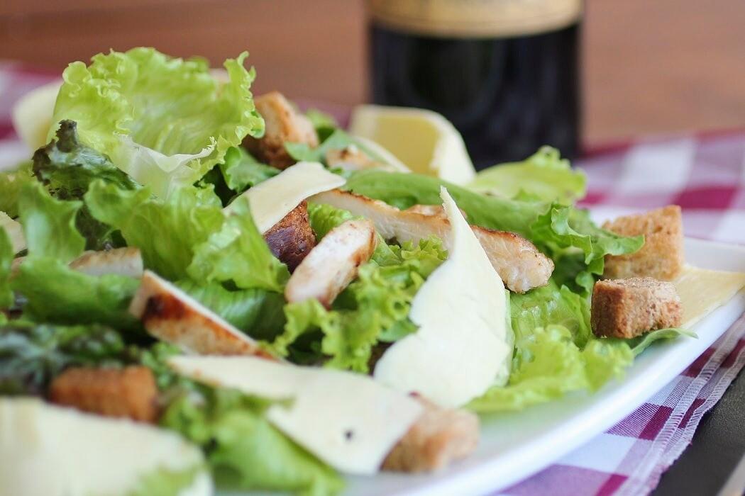 Как приготовить заправку для салата «Цезарь»: 1 классический и 4 креативных соуса
