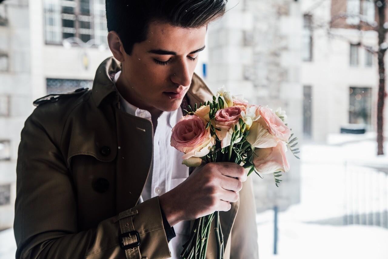 Смотри в оба: 7 невербальных признаний в любви от мужчины