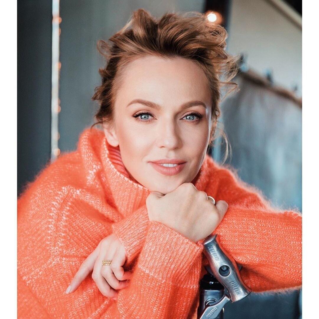 Альбина Джанабаева снялась обнаженной в красной шубе
