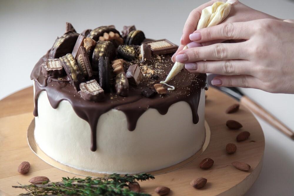 Не хуже, чем в модной кондитерской: 50 идей, как украсить торт шоколадом своими руками