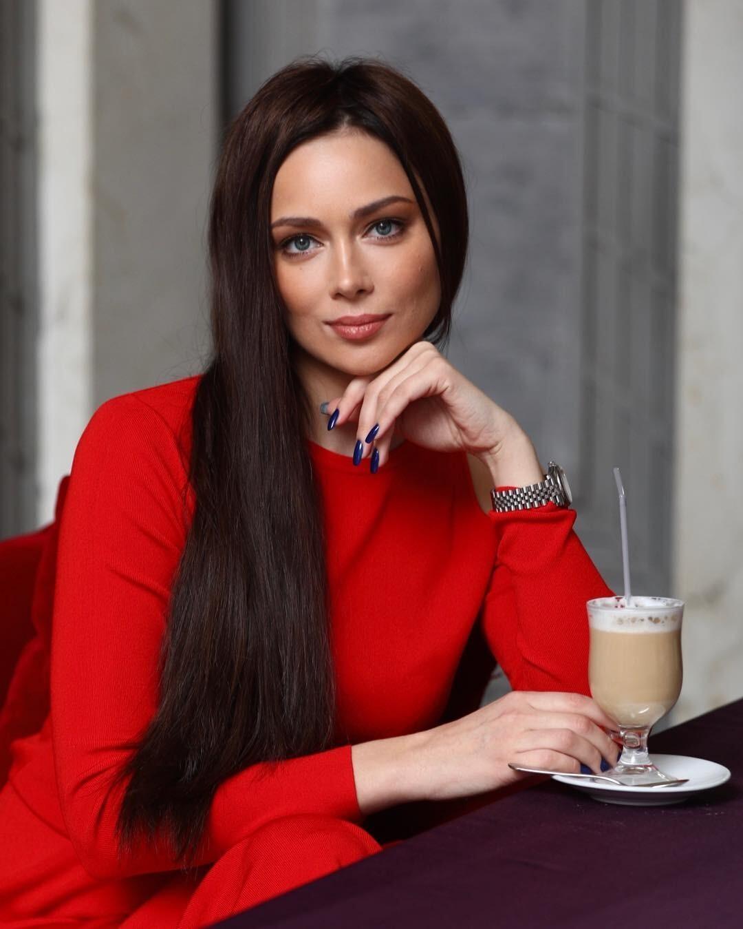Настасья Самбурская кардинально сменила имидж (стрижка ей идет)